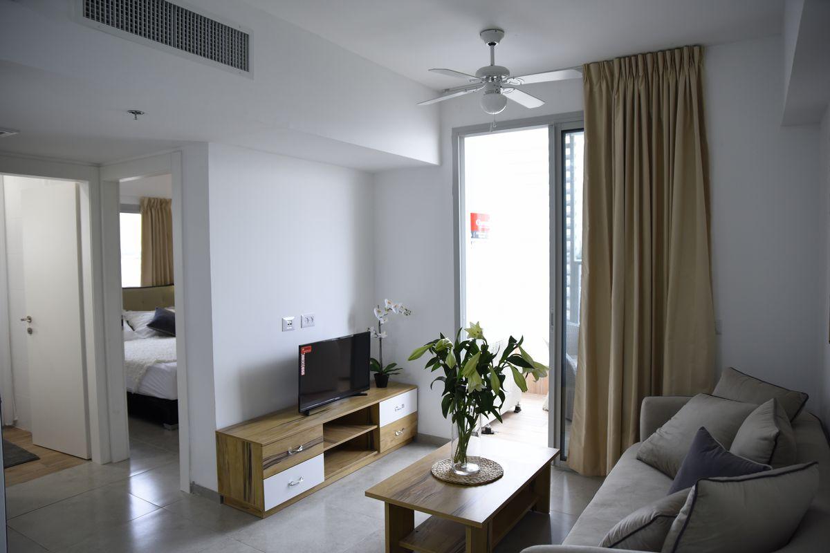 סלון מעוצב בדירת 2 חדרים בפרויקט אלמוגים