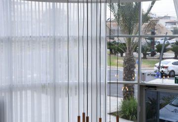 שנדליר מעוצב בכניסה לבניין בפרויקט אלמוגים